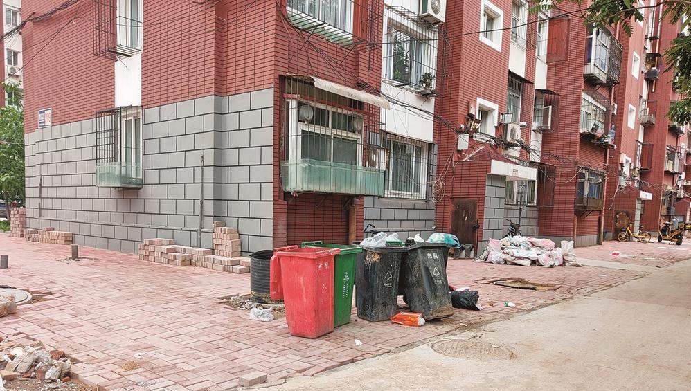 """""""问政唐山""""记者追踪丨祥荣里楼前垃圾已有人清理"""