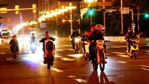 """凌晨这里有摩托车""""炸街""""!交警:加强巡控,依法整治"""
